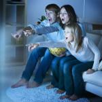 Familie ser TV på en fladskærm