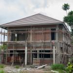 Hus er ved at blivce renoveret og der er stillads foran det